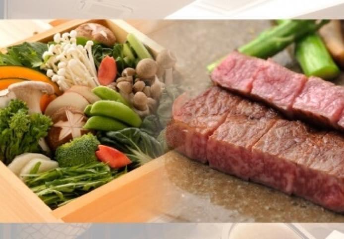 牛排和时令蔬菜的用蒸笼蒸行程